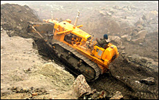A bulldozer clears a road at the 4,310 metre high Nathu-la pass in India's north-eastern border with China, May 2006.  File picture / Reuters