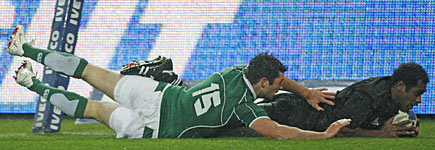 All Blacks winger Sitiveni Sivivatu (R) beats Ireland's Robert Kearney to score during the test match in Wellington. Photo / Reuters