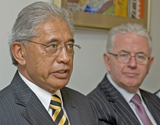 Ngati Tuwharetoa paramount chief Tumu te Heuheu (L) and Treaty Negotiations Minister Michael Cullen. Photo / Mark Mitchell