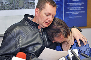 Alan and Angela Symes comfort each other at a press conference held during the search for their missing daughter, two-year-old Aisling. Photo / Sarah Ivey