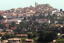The village of Monflanquin, where members of the Vedrines family barricaded themselves in their chateau for seven years. Photo / Wikimedia Commons by Bernardg