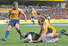 Wallabies Matt Giteau (L) and Rocky Elsom arrive too late to stop South Africa's Bryan Habana from scoring. Photo / Getty Images