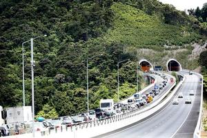A trickle of cars travels to Auckland as merging northbound traffic slows to a crawl. Photo / Greg Bowker