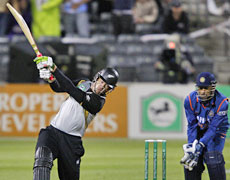 Jacob Oram hits out last night. Oram and Brendon McCullum shared an unbroken 60-run stand in 33 balls to give New Zealand a two-from-two Twenty20 record against India. Photo / Getty Images