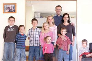 Hayden (12), Phillip (7), Shane (10), Kyla (8), Rachel (11), Renee (2), father Glen, mother Tessa, Ethan (5) and Jared (2). Photo / Steven McNicholl