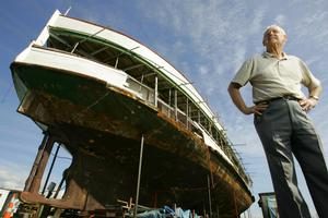Jim McPhillips stands in front of the Toroa steamship, 2008. Photo / The Aucklander.