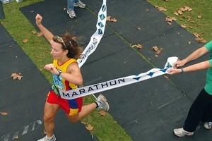 Melanie Burke winning the Rotorua Marathon in 2006. Photo / APN