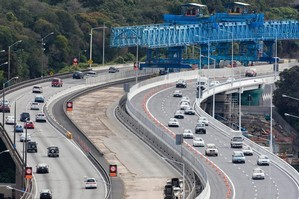 The new lanes (right) of the Newmarket flyover opened for traffic 17 hours early. Photo / Paul Estcourt