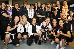 Members of the Silver Ferns' gold medal-winning team pose for a photo after returning from the Commonwealth Games in Delhi, India. Photo / NZPA