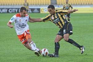 Paul Ifill of the Wellington Phoenix is tackled by Ivan Franjic of Brisbane Roar. Photo / Getty Images