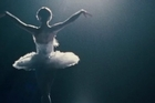 <p>A ballet dancer wins the lead in <i>Swan Lake</i> and is perfect for the role of the delicate White Swan - Princess Odette - but slowly loses her mind as she becomes more and more like Odette's evil sister, Odile, the Black Swan.</p>