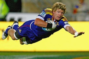 Adam Thomson of the Highlanders dives over for a try. Photo / Getty Images