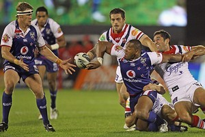 Ukuma Ta'ai of the Warriors offloads to Micheal Luck. Photo / Getty Images
