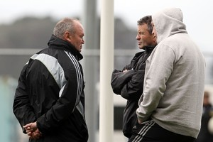 Graham Henry (L) talks to his assistant coaches Wayne Smith and Steve Hansen.  Photo / Getty Images