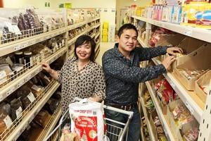 Derek and Teresa Yee shopping at David Trading in Petone. Photo / Mark Mitchell