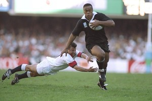 Jonah Lomu of New Zealand evades the diving tackle of Rob Andrew of England during the Rugby World Cup semifinal in at the Newlands Stadium in Cape Town. New Zealand won the match 45-29. Photo / Allsport