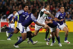South Africa's Fourie du Preez finds a hole in the Samoan defence. Photo / Greg Bowker