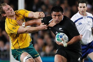 Kevin Mealamu of the All Blacks fends off Australia's Rocky Elsom. Photo / APN