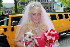 Roseanne Hogan arrives for her wedding to Warrior Brett Seymour. Photo / Doug Sherring