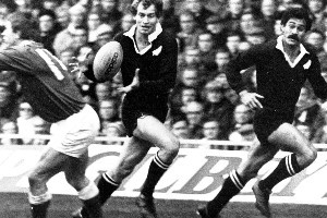 Nicky Allen receives the ball from Bill Osborne with Bernie Fraser outside him, Test match 1980, Rugby Union, All Blacks vs Wales. Photo / Supplied