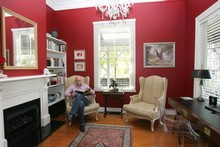 Red is a stimulating colour, but can have an aggressive effect when painted on all four walls. 