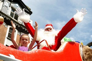 Santa Claus was a big hit with the crowds as he closed the parade on his frosty float. Photo / Natalie Slade