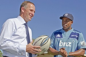 PM John Key and New York Yankees baseball player Curtis Granderson discuss rugby and baseball rules. Photo / NZPA