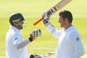Graeme Smith of South Africa celebrates his century (R) with Jacques Kallis (L) during day three. Photo / Getty Images
