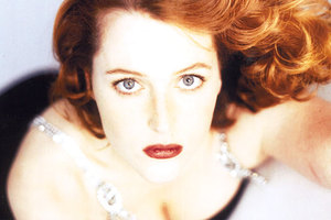 Gillian Anderson says she had a lesbian relationship during High School.