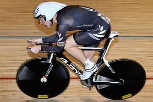 Alison Shanks on her way to winning individual pursuit gold