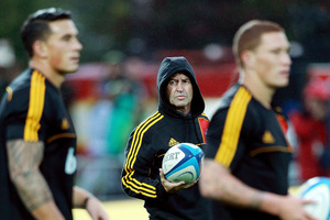 DECISION TIME: Chiefs' assistant coach Wayne Smith (centre) is mulling over whether to join England. Photo / Getty Images