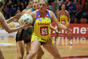 Central Pulse GS Caitlin Thwaites creates room for a pass from midcourter Camilla Lees as Southern Steel defender Demelza McCloud breathes down her neck. Photo / Getty Images.