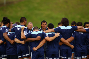 Blues coach Pat Lam gathers the team for a talk during an Auckland Blues Super Rugby training session at Unitec. Photo / Getty Images