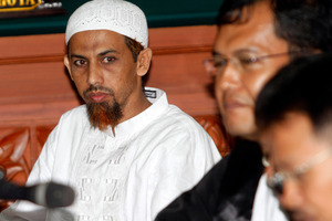 Umar Patek, an Indonesian militant charged in the 2002 Bali terrorist attacks, left, sits with his lawyer during his trial in Jakarta, Indonesia. Photo / AP