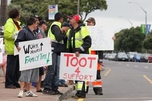 Port workers strike along Tamaki Drive in Auckland, New Zealand. Photo / Getty Images