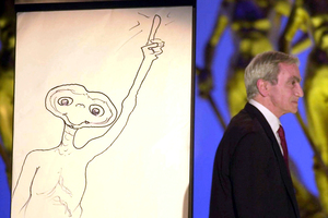 Special effects artist Carlo Rambaldi walking on stage after drawing a cartoon of ET. Rambaldi has died, aged 86. Photo / AP