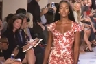 It's Naomi Campbell, former supermodel, who opened the Zac Posen show, in a dress that highlights her curves, still as sensual. The designer opts for a slightly retro style: generous neckline, waist and a pressed shift dress flared to the knee for a very couture effect.