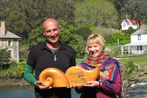 Carver Hugh McKechnie and Sandy Myhre with the Women's World Car of the Year trophy. Photo / Peter De Graaf