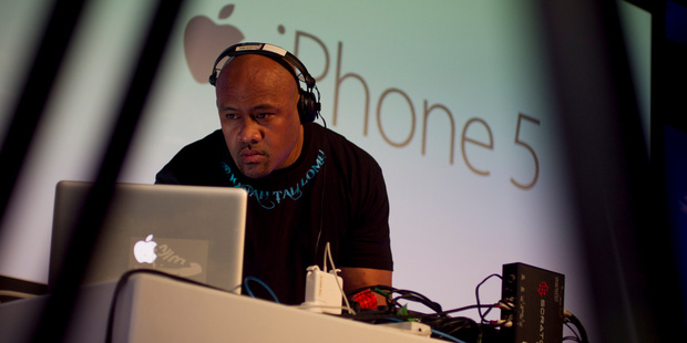 Jonah Lomu entertains the new-tech enthusiasts standing by to buy the first iPhone 5 models to be sold in New Zealand. Photo / Natalie Slade