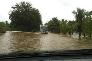 Drivers trying to cross flooded roads near Denarau. Photo / Patel Sanjit