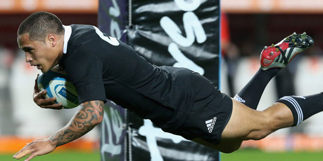 Aaron Smith of the All Blacks dives over for the first try during the Rugby Championship match between Argentina and the New Zealand All Blacks at Estadio Ciudad de La Plata. Photo / Getty Images.