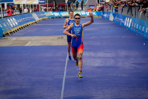 Javier Gomez beats Jonathan Brownlee in a sprint finish yesterday. Photo /  Dean Purcell