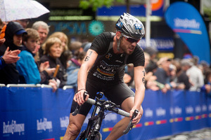 The Auckland crowds loved Kris Gemmell's stunning ride on the bike portion of the triathlon final.  Photo / Dean Purcell