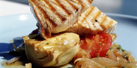 Tuna with artichoke and tomato