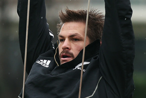 Richie McCaw warms up during a training session at in London this week. Photo /Getty Images