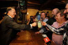 John Key shared a beer yesterday at Hobbiton's Green Dragon Pub in Matamata with actors (from right) William Kircher, Stephen Hunter, Graham McTavish and James Nisbet. Photo / Christine Cornege