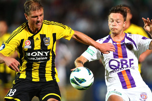 Ben Sigmund of Wellington and Chris Harold of Perth contest possession during the round eight A-League match between Perth Glory and Wellington Phoenix. Photo / Getty Images,