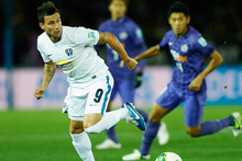 Manel Exposito (L) of Auckland City control the ball during the FIFA Club World Cup match between Sanfrecce Hiroshima and Auckland City. Photo / Getty Images.