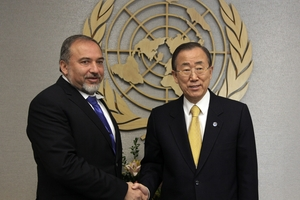 Israel's Foreign Minister Avigdor Lieberman, left, shakes hands with UN Secretary General Ban Ki-moon. Photo / AP