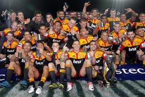 Dave Rennie's team celebrate their impressive walloping of the Sharks 37-6 in the Super 15 final at Waikato Stadium. Photo / Alan Gibson